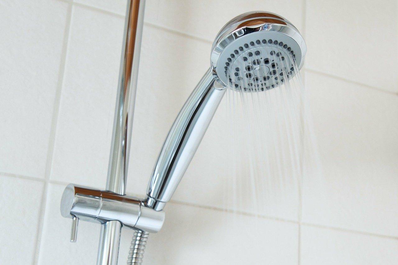 jak-usetrit-na-vode-sprcha